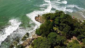 banten, indonesia 2021 - vista aérea de la playa de karang bolong