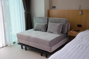 sofá moderno en un dormitorio
