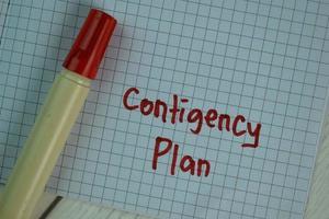 Plan de contingencia escrito en una nota adhesiva aislado en la mesa de madera