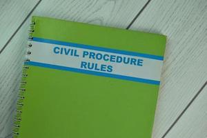 Libro de normas de procedimiento civil aislado sobre mesa de madera
