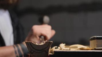 o entalhador esculpe um produto de um choupo