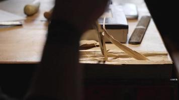 entalhador esculpe tábua de madeira video