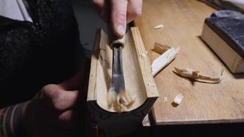 o entalhador esculpe o suporte para folhas de chá de choupo com cinzel video