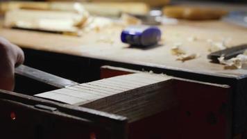 los talladores de madera eliminan el exceso de un producto de madera video