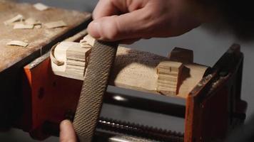 marceneiro remova o excesso de madeira com uma lima