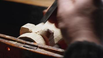 entalhadores fazem as pernas em um suporte de madeira