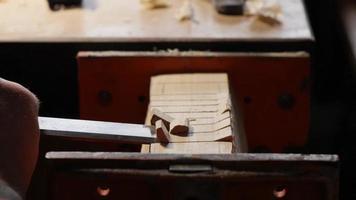 el tallador de madera con un cincel elimina el exceso de un producto de madera video