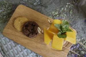 fruta de mango amarillo y galletas