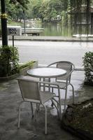 asiento de jardín y mesa