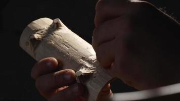 escultores de madeira esculpem um suporte de madeira