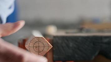 Holzarbeiter fliegt ein Holzbrett