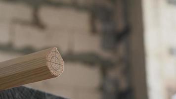 trabalhador planeja uma placa de madeira