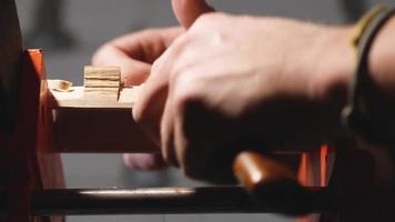 artesão retire o excesso de um pedaço de madeira com uma faca video