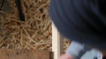 Holzarbeiter fliegt ein Holzstuhlbein video