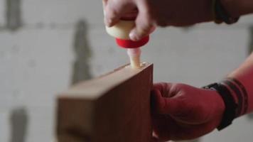 aplicar pegamento para madera a una tabla de madera