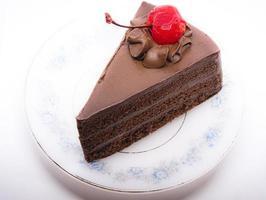 bizcocho de chocolate con cereza encima foto