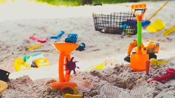 fondo de verano de arena y juguete foto