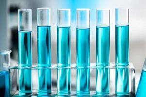 líquido azul en tubos de ensayo foto