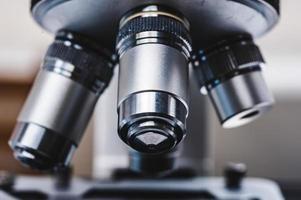 lentes de un microscopio plateado foto
