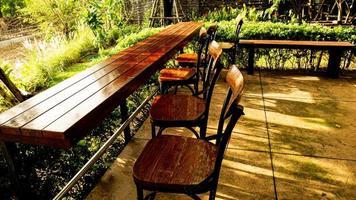 mesa y sillas en deck de madera