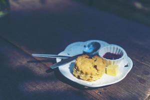 bollos con crema cuajada y mermelada foto