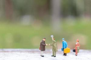 Viajeros en miniatura caminando por una calle, concepto de viaje y aventura.