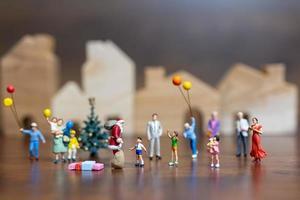 Papá Noel en miniatura y una familia feliz, feliz navidad y feliz año nuevo concepto