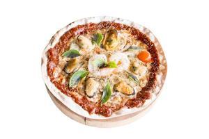Pizza de mariscos aislado sobre un fondo blanco. foto