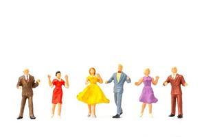 Gente en miniatura bailando sobre fondo blanco, concepto de día de San Valentín