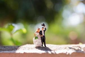 pareja en miniatura de pie en el parque foto