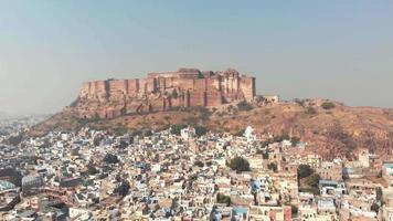 Images aériennes d'un grand palais au sommet d'une colline au-dessus de la vaste ville de Jodhpur, en Inde. video