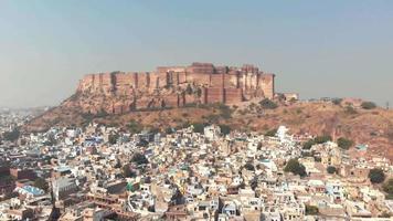 forte de mehrangarh em jodhpur, rajasthan, índia. telhados e casas da extensa paisagem urbana