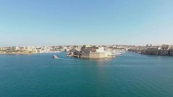 tomada aérea para a frente ampla do forte st. angelo, valletta, malta. video