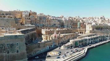 panorâmica do cais de pedreira com paisagem urbana de valletta no fundo, malta. video