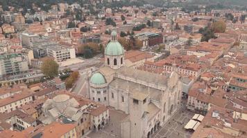 duomo de como, catedral, lombardia. bela vista da cidade com casas pitorescas