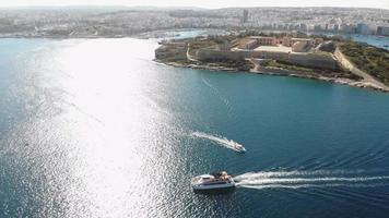 barcos turísticos navegando no imaculado mar mediterrâneo, valletta, malta