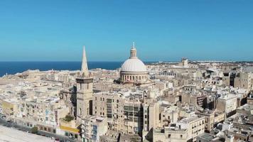 cidade de valletta com cúpula da igreja carmelita no centro, malta video
