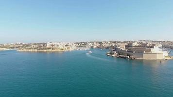 vista aérea panorâmica de valletta, malta, do mar Mediterrâneo. video