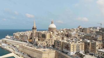 passeio marítimo mediterrâneo e arquitetura em estilo barroco de valletta, malta video