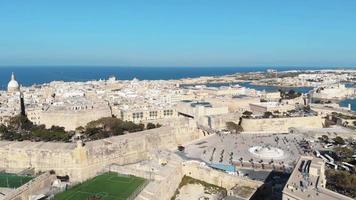 valeta de valletta e fonte de tritão, malta. vista panorâmica aérea da cidade video
