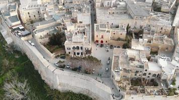 muralhas da cidade de mdina e vista da cidade velha, perto da catedral de saint paul - sobrevôo lento plano de inclinação para cima video