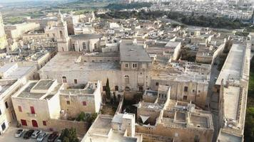 paisagem urbana histórica de mdina, com vista para a catedral de são paulo - foto aérea para cima video