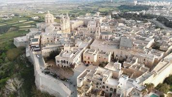 imagens aéreas de drones 4k panorâmicas sobre uma cidade fortificada na ilha de malta do mar Mediterrâneo. video