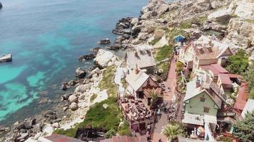 aldeia popeye na baía anchor, também conhecida como aldeia sweethaven, malta. frente aérea video