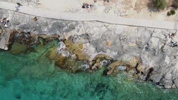 costa rochosa erodida pelo mar turquesa mediterrâneo em sliema, malta - foto aérea de foguete video