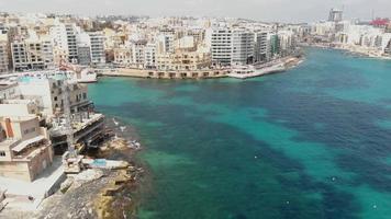 panorâmica, imagens aéreas de drones em 4k revelando a paisagem urbana da densamente povoada cidade mediterrânea de sliema, em malta. video