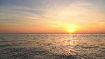 belle nature coucher de soleil ou lever de soleil avec mer océan video