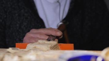marceneiro remove o excesso de um produto de madeira video