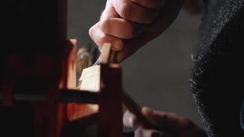 homem cortando um pedaço de madeira de um pedaço de madeira video