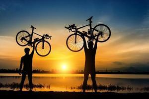 silueta, de, dos, hombres, ciclistas, en, ocaso foto